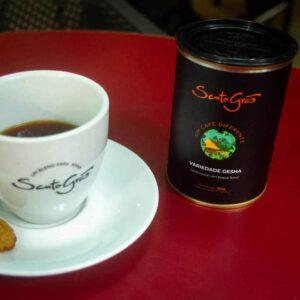 café gesha ou geisha do santo grão na xícara